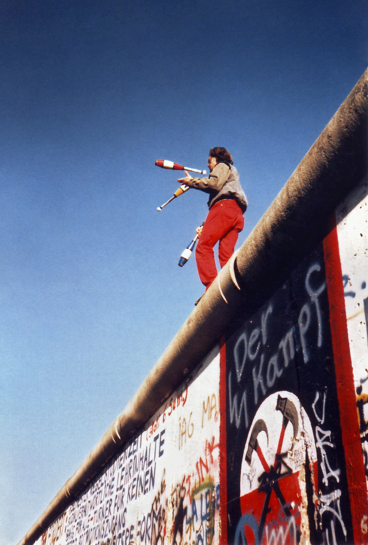 Juggling_on_the_Berlin_Wall_1a-125835.jpg