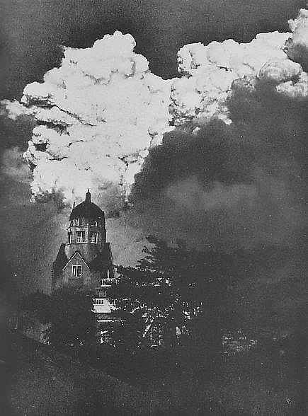 Clouds_of_conflagration_caused_by_Great_Kanto_earthquake-123631.jpg