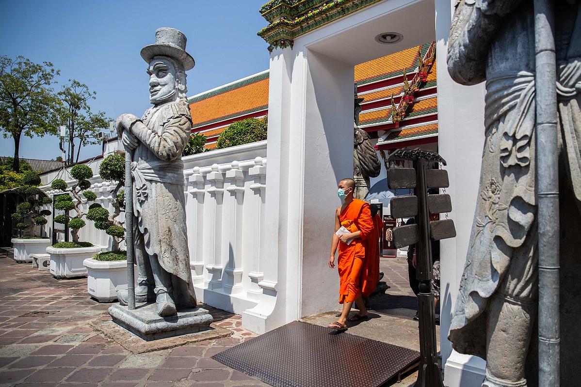 Thai szerzetes maszkban