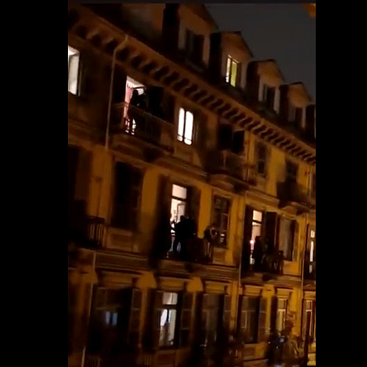 Erkélyekről és ablakokból énekelnek az olaszok a karantén alatt
