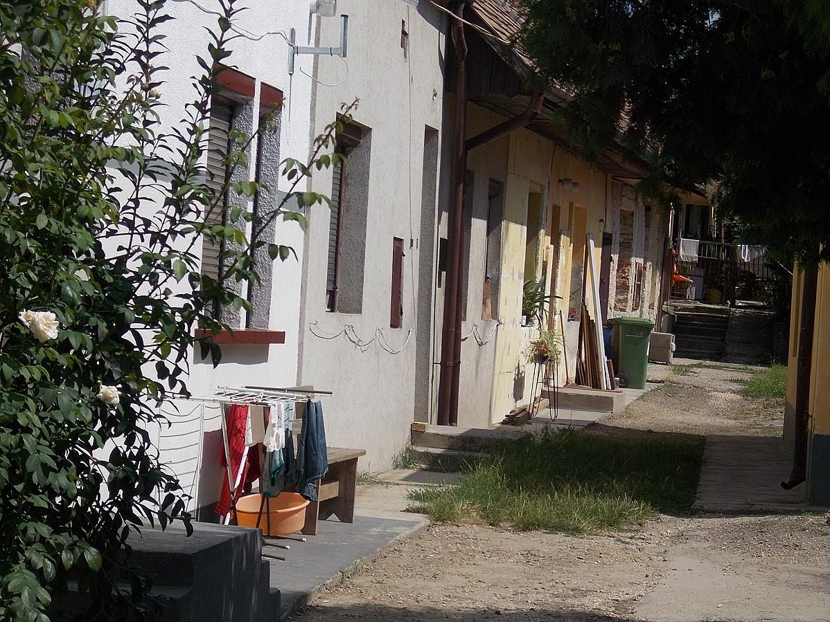 Lakoepulet_es_bolt_Udvarra_nyilo_lakasok_-_Tata_Rakoczi_u_1-104551.jpg