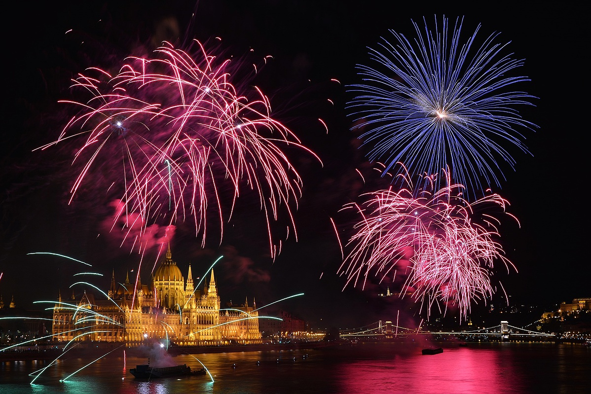 fireworks-2867025_1920-100606.jpg