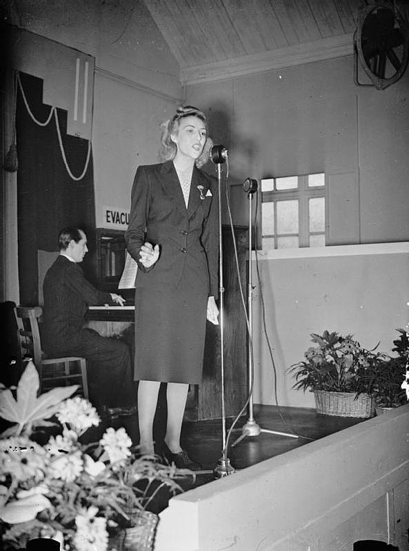 Vera_Lynn_Visits_a_Munitions_Factory_UK_1941_P551-122524.jpg