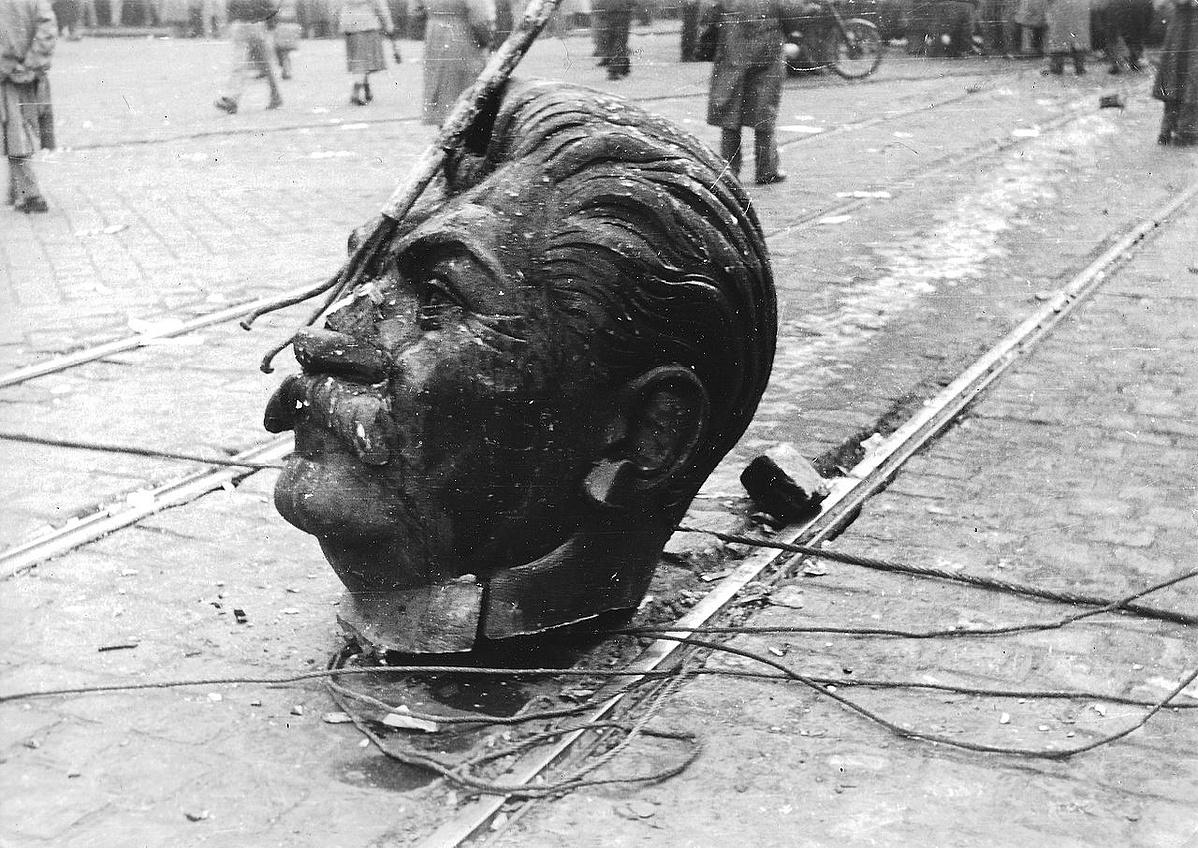 1956_a_budapesti_Sztalin-szobor_elgurult_feje_fortepan_93004-144837.jpg
