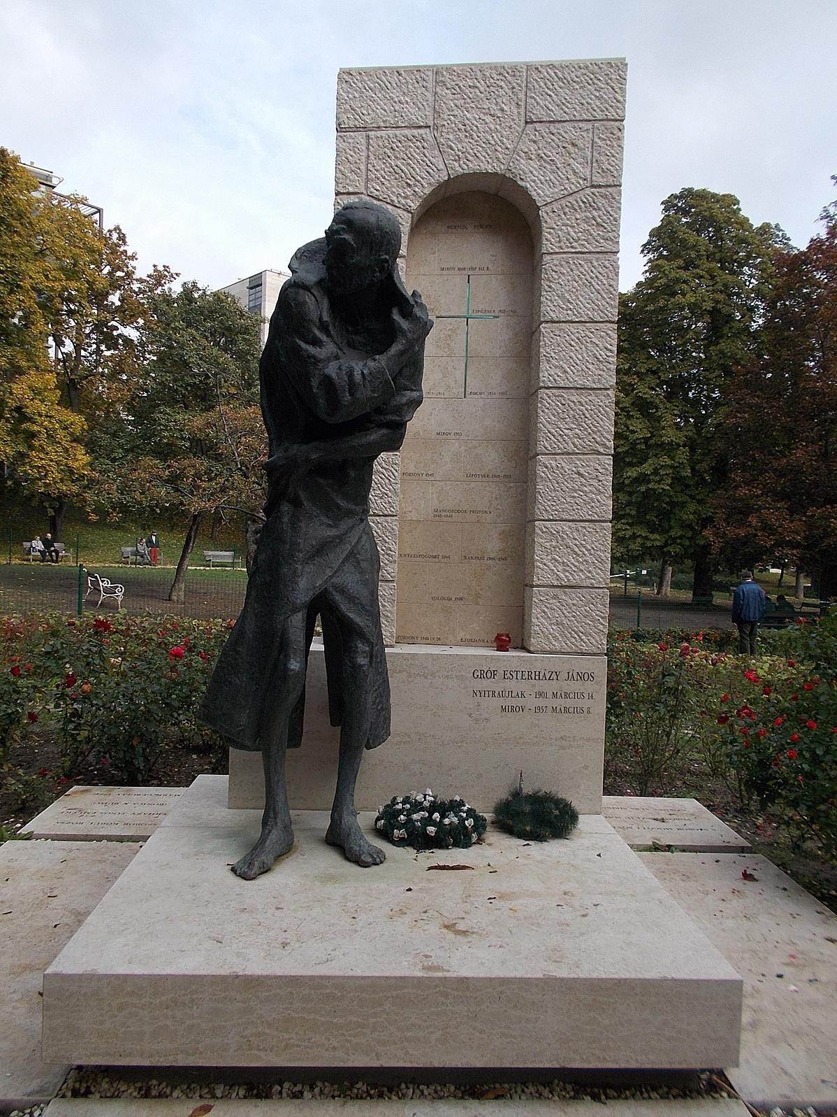 Count_Esterhazy_statue_in_Gesztenyeskert_2005_bronze-100947.jpg