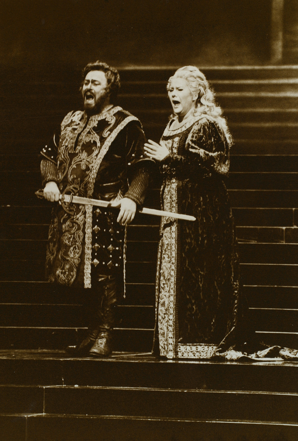 Trubadur-LPavarottiesEva-MetropolitanOpera-1987-132803.jpg