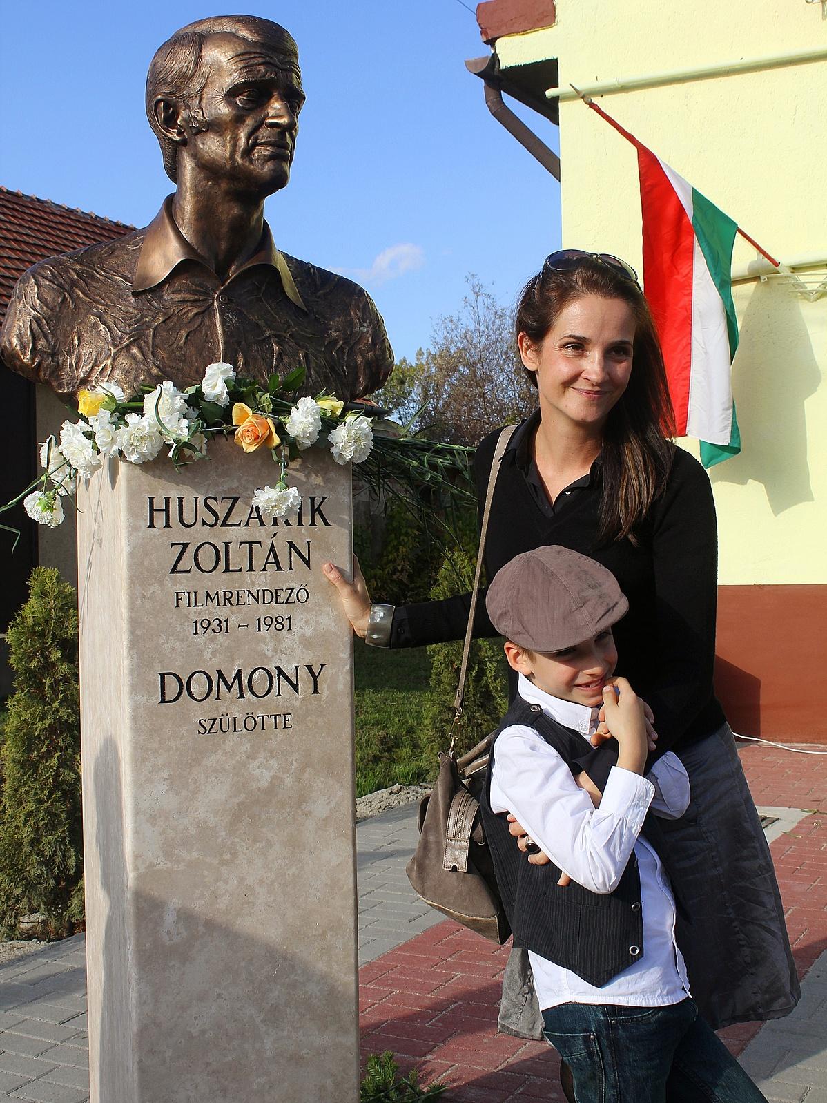 Kata_Huszarik_and_son_by_the_inauguration_of_bust_of_Zoltan_Huszarik-142745.jpg